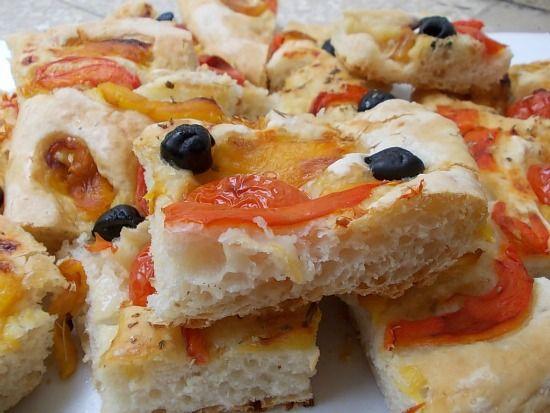 Focaccia con peperoni e olive nere