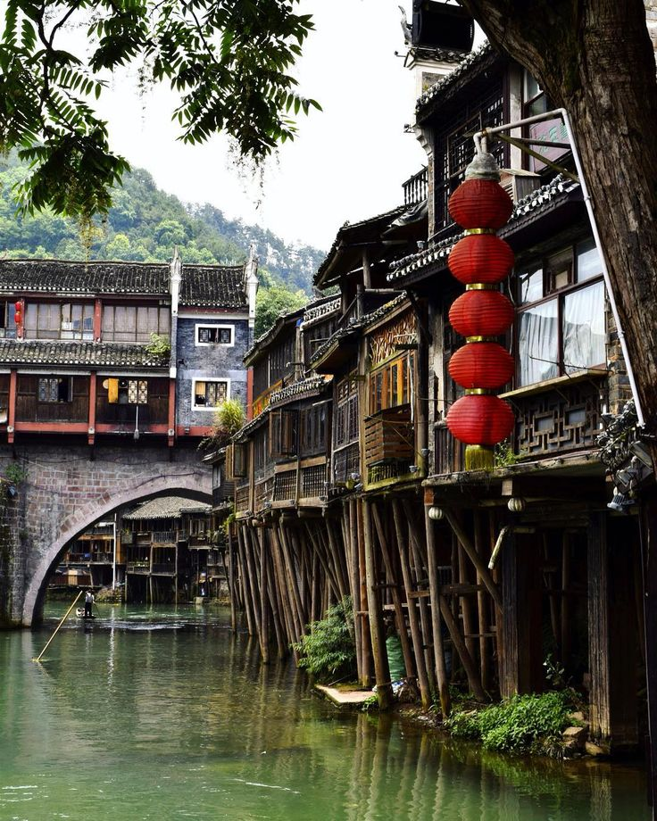 Palafitte cinesi 🌿  #china #Asia #fenghuang #water #river #reflection #bridge #architecture #village #antique #history #nature #lantern #asian #wood #mountains #green #houses #explore #tree #backpacking #trip #travel #adventure #art