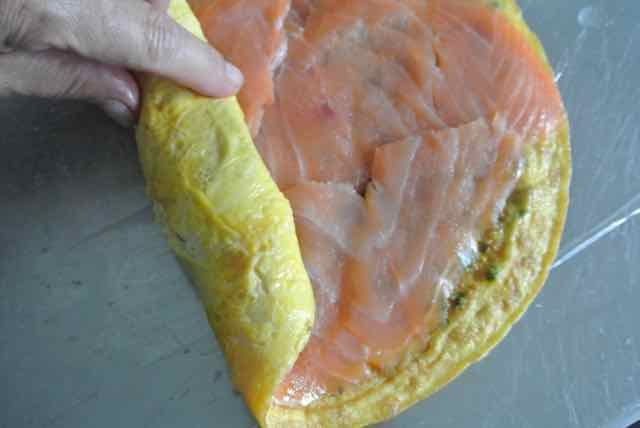CHRISTMAS INSPIRATION: Omeletrolletjes met zalm en pesto | SimKookt