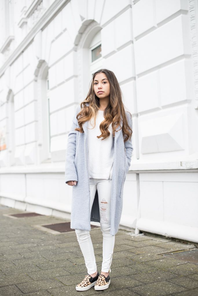 theadorabletwo_edited_blauer_mantel_minze_allwhite_weiß_leo_muster_loafers_jeans_kurt_keiger #edited #allwhite #loafers #leo #coat #minimalistic
