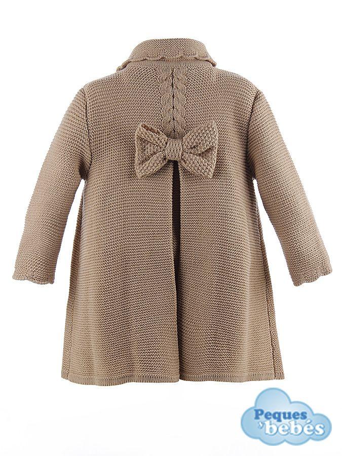Abrigo para  niña  de lana cruzado, tejido en punto bobo con ochos y fondos en…