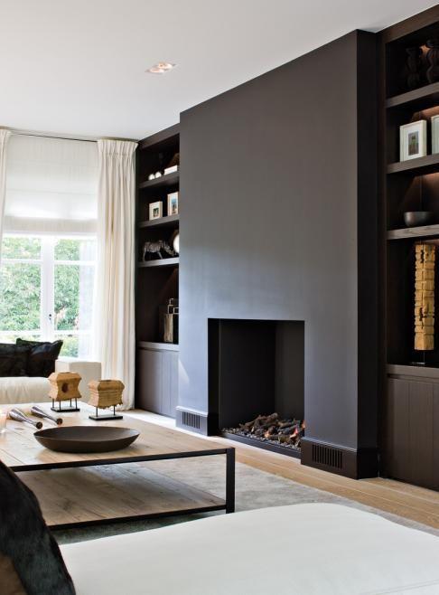 Zwarte muren, stoer en stijlvol #woonkamer #openhaard #kastenwand