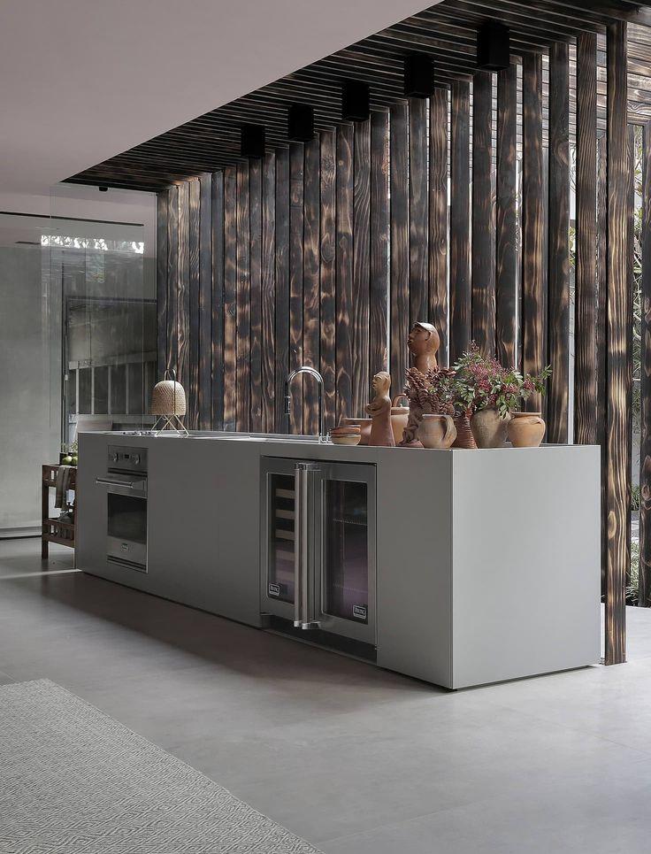 Vencedor na categoria Cozinha de Mostras do 22° Prêmio Deca, o ambiente assinado pelo Yamagata Arquitetura para a Casacor SP 2017 mistura diferentes referências de estilo! O painel ripado, feito com madeira carbonizada a partir da técnica japonesa Shou Sugi Ban, integra o espaço ao jardim interno.