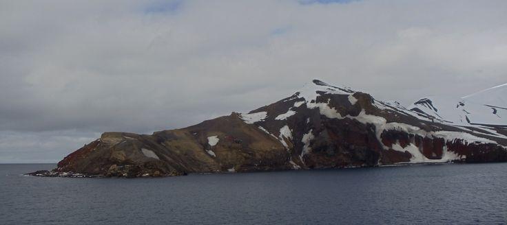 Isla Decepción, Bahia Foster. Un helicoptero de la Armada sobrevuela.