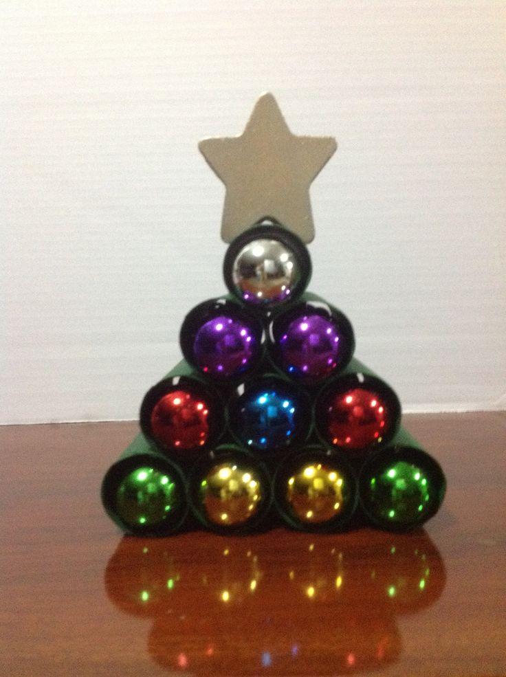 Arbolito de Navidad hecho con rollos de papel higiénico y esferas.