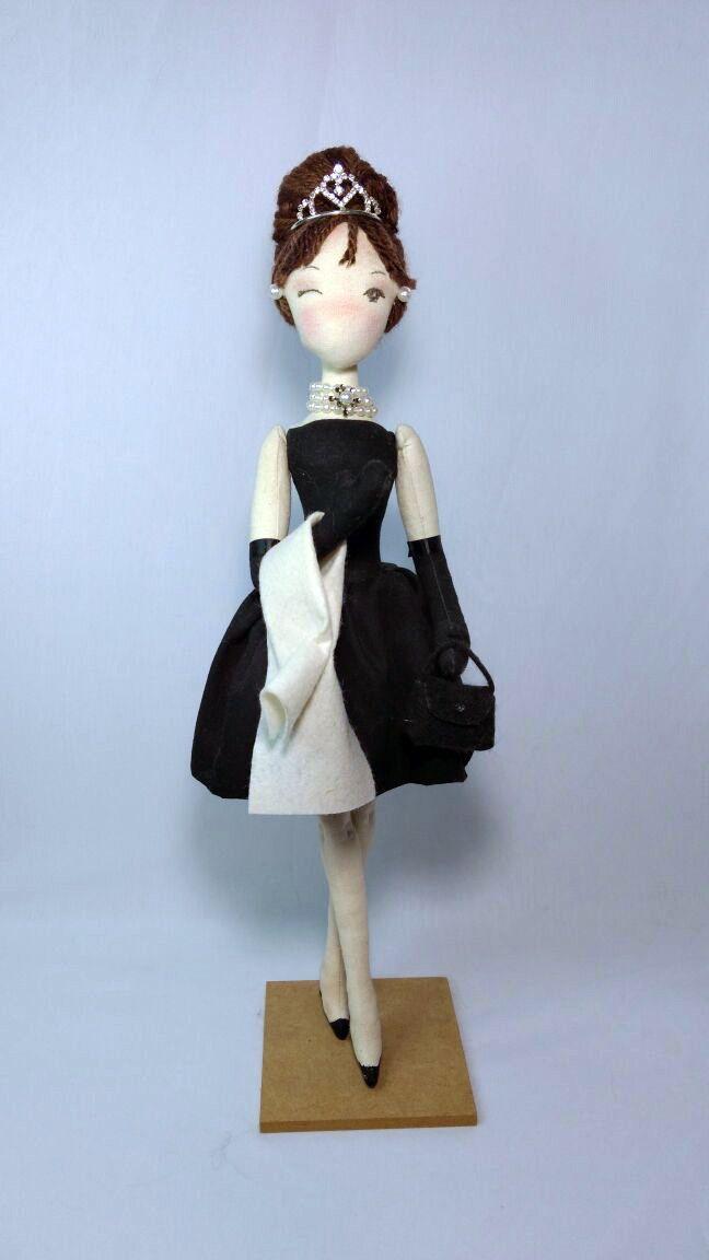 Se você é amante dos clássicos com certeza conhece Bonequinha de Luxo, que na versão cinematográfica foi estrelado pela diva Audrey Hepburn.  Ideal para colecionadores e para decoração de ambientes.    Confeccionada em tecido de algodão com enchimento antialérgico, olhos pintados. Possui braços e...