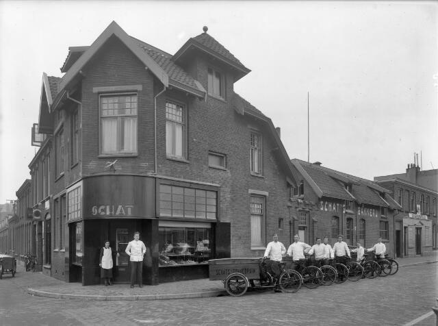 Gezicht op het pand van bakkerij J.C. Schat (Abstederdijk 219) te Utrecht, op de hoek met de Minstraat (rechts), met enkele broodbezorgers met hun bakfietsen.1936