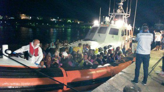 Offerte di lavoro Palermo  Dieci medici al porto per dare assistenza ai profughi. Ieri il parto in motovedetta e il ricovero in elicottero di due gemelli nati prematuri  #annuncio #pagato #jobs #Italia #Sicilia Migranti: la lunga notte di Lampedusa lo sbarco dei 1200 salvati in mare
