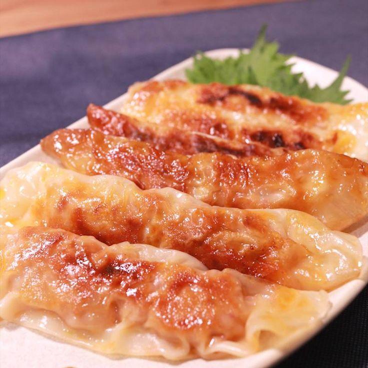 「キムチ棒餃子」の作り方を簡単で分かりやすい料理動画で紹介しています。ビニール袋を使って材料を合わせる、洗い物も少ない、手も汚れない、お手軽餃子です。 ひき肉の分量が少ないヘルシーメニューでありながら、キムチの味と食感で食べ応えバツグンです。 おかずはもちろん、おつまみにもぴったりです。