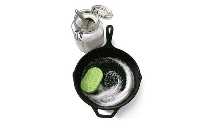 Чтобы очистить чугунную сковороду от пригоревшей еды, понадобится соль и вода. А прежде чем спрятать её на хранение, нужно смазать её слегка растительным маслом. Сковорода только спасибо скажет.