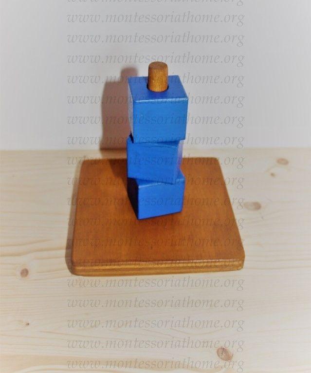 Attività dell'infilare cubi Montessori.