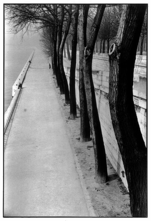 Henri Cartier-Bresson, La Seine, 4e arrondissement, Paris, France, ca. 1952-1953. © Henri Cartier-Bresson/Magnum Photos.