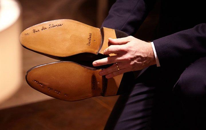 Symbole de toutes ces attentions, le célèbre nœud Berluti, le noeud des grands de ce monde instauré par le Duc de Windsor nouera les lacets pour donner la ...