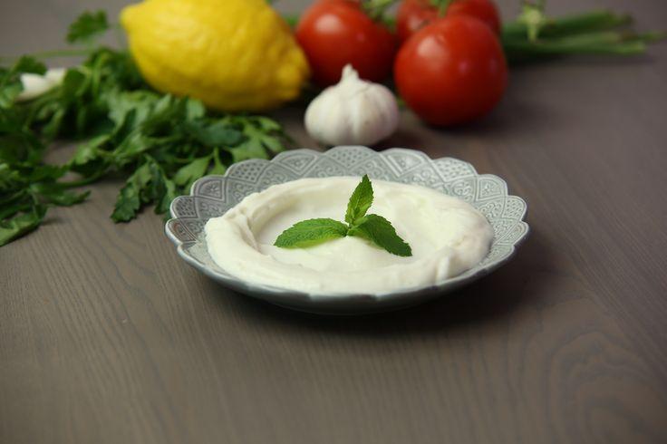 Toum är kungen av alla såser och dressingar som finns i det libanesiska köket, den är perfekt till allt grillat. Den skiljer sig från aioli, mycket lenare och krämigare i konsistensen.