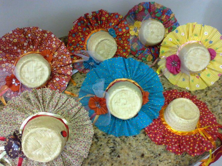 Tiara de metal com chapéu de palha decorado com tecido 100% algodão, filó, fitas de cetim, flores em fuxico, botões e chatons.