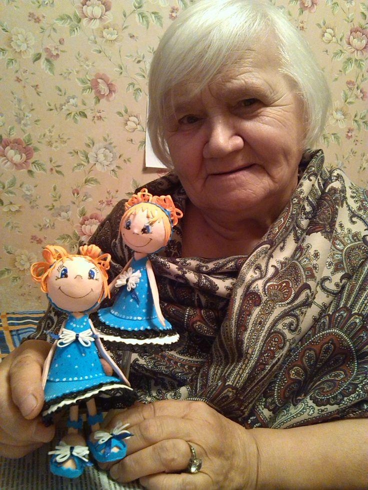 бабушка делает подарки в виде кукол