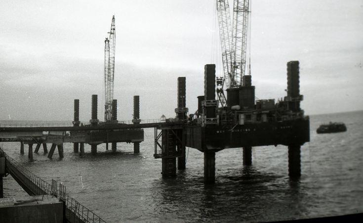 Bouwjaar 1975: Co. 951, 'Mer d' Iroise 1 & 2', twee werkeilanden met kraan (niet Gusto) gemaakt uit de Co. 943 (het speciaal gebouwde werkeiland 'Assembler 1' dat werd gebruikt bij de opbouw van de Co. 928 - Viking Piper'). De eilanden zijn gemaakt voor rekening van Bouygues uit Le Havre Frankrijk.  foto: Gemeentearchief Schiedam