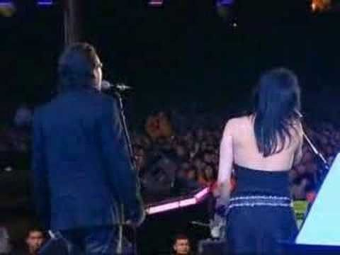 The Corrs & Bono Vox - When The Stars Go Blue <3 He is so damn sexy!! & love this duet!!