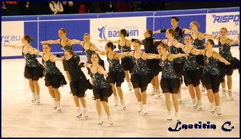 Le patinage synchronisé Cette discipline est apparue en 1956 aux États-Unis. La première compétition internationale a eu lieu en 1976. Une équipe mixte de patineurs ...