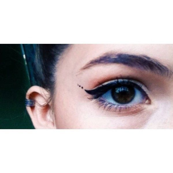 Winged eyeliner with 3 dots
