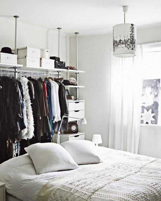 In weißen Schlafzimmern funktioniert multifunktionelle, offene Aufbewahrung ausgezeichnet.