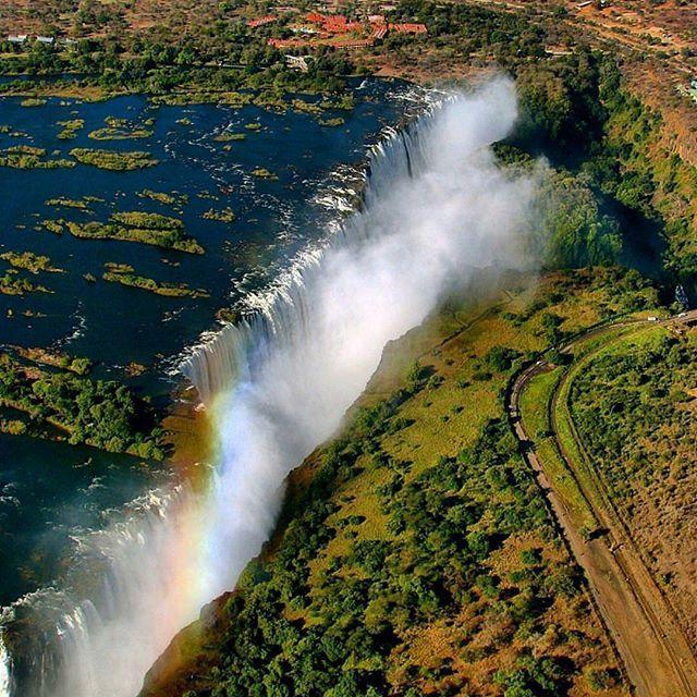 🌎Водопад Виктория   Зимбабве, Замбия   Африка.🇿🇼 📝На границе между двумя африканскими республиками — Замбией и Зимбабве находится потрясающее чудо света, восхитительный😍 подарок природы — водопад Виктория. Вокруг водопада раскинулись два потрясающих по своей красоте национальных парка — «Водопад Виктория», находящийся в Зимбабве и парк «Гремящий Дым» в Замбии. Водопад Виктория находится в том месте, где река Замбези, которая по своим размерам является четвертой рекой Африки, впадает в…