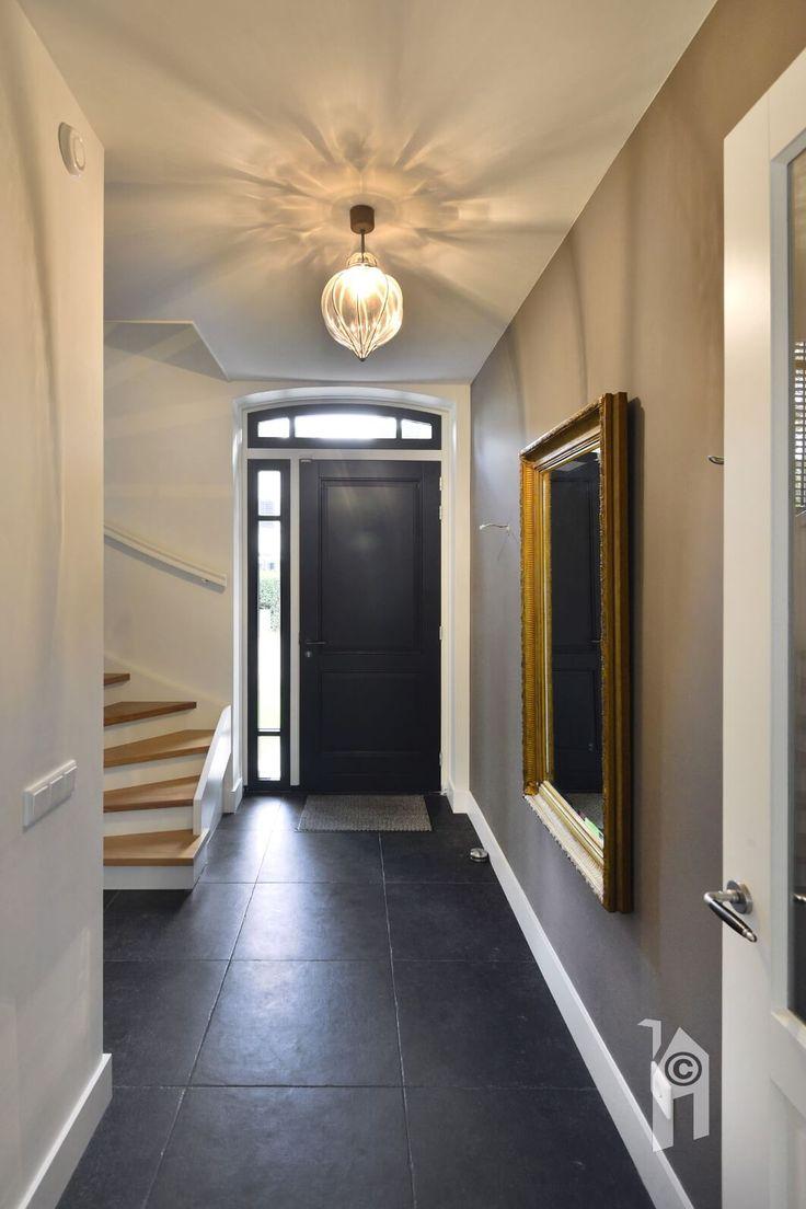 Leuke voordeur met één reeks zijlichten plus entreehal