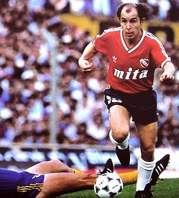 Ricardo Enrique Bochini. Uno de los talentos mas grandes de Argentina, dotado de una capacidad tecnica y capaz de meter pases donde nadie podia ver