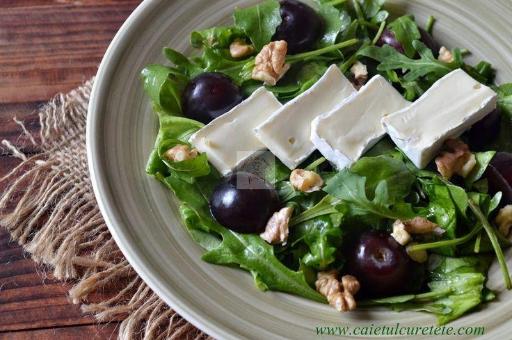 CAIETUL CU RETETE: Salata cu camembert, rucola si struguri