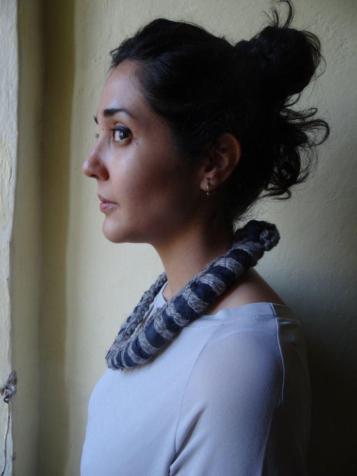 Collana necklace tribale tribal realizzata con tessuto sintetico blu scuro e filato di lana grigio melange. Unique piece handmade. di Mercurioargento su Etsy