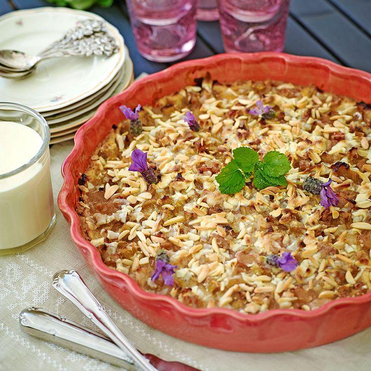Knäckig och härlig rabarberpaj med vit choklad och mandelsplitt, mums!
