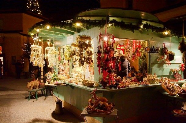 <b>Schloss Hellbrunn, Oostenrijk</b><br> In Oostenrijk vind je veel kerstmarkten, maar deze in Schloss Hellbrunn is vast de bijzonderste. Hier slenter je langs tal van ambachtelijke kraampjes, kunnen je kinderen ponyrijden, hoor je live-orkesten aan het werk en zie je een kerstparade. Dit alles speelt zich af vlakbij een 'sprookjesbos' met meer dan vierhonderd verlichte bomen. Hiervan raakt zelfs de grootste kersthater in de sfeer. <br><br> Meer informatie: www.hellbrunneradventzauber.at