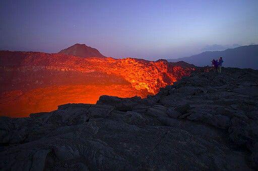 Los lagos de lava, por lo general de origen basáltico, emergen superficie a través de un orificio de ventilación, depresión o cráter volcánico, como en el caso del volcán Erta Ale. Aunque frecuentes flujos de actividad en la lava