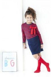 Dit donkerblauwe jurkje met rode strepen en rode strik staat super mooi naar school maar natuurlijk ook straks met aan de kerstdis.