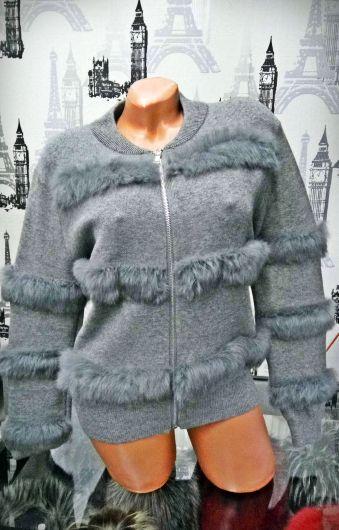 Bluza gri accesorizata cu blanita ecologica si fermoar Compozitie: 65% acrylic, 35% lana Marimi: universala