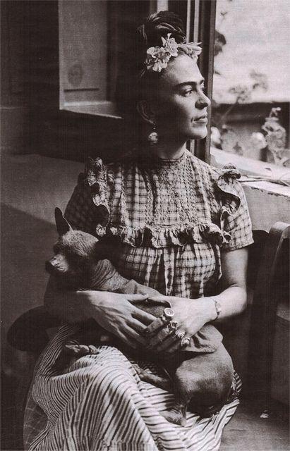 Frida Kahlo con perro Xoloitzcuintle