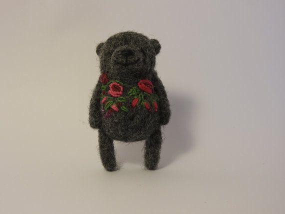 Ago spilla in feltro orso grigio fiori ricamati fatto di MishaShop