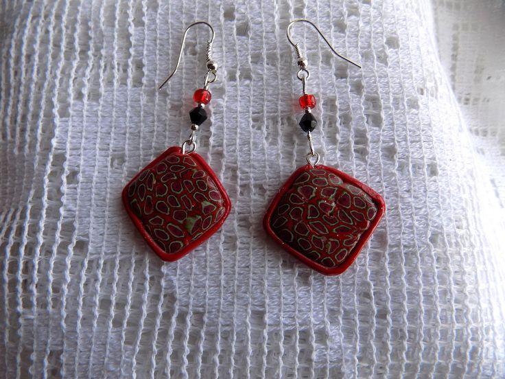 Boucles oreilles losange sur fond rouge  en pâte fimo, swarovski