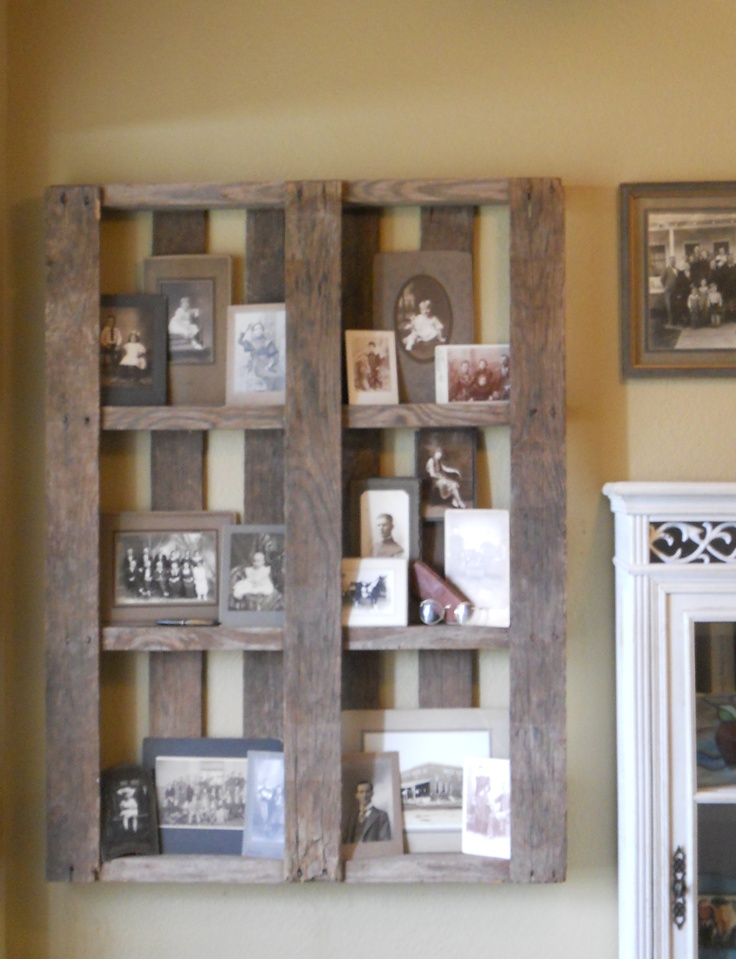 I made this wall frame from an old wooden pallet.