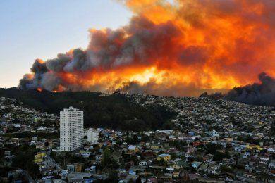 Bachelet se compromete a reconstruir Valparaíso tras devastador incendio