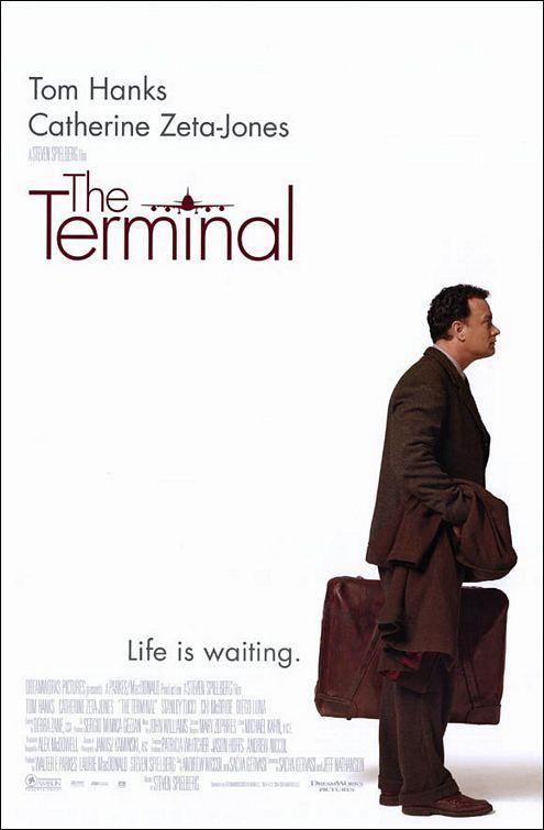 La terminal (2004). Viktor Navorski (Tom Hanks) es un inmigrante balcánico que, al estallar la guerra en su país y quedar anulado su pasaporte, se encuentra involuntariamente exiliado en un aeropuerto de los Estados Unidos. Basada en hechos reales.