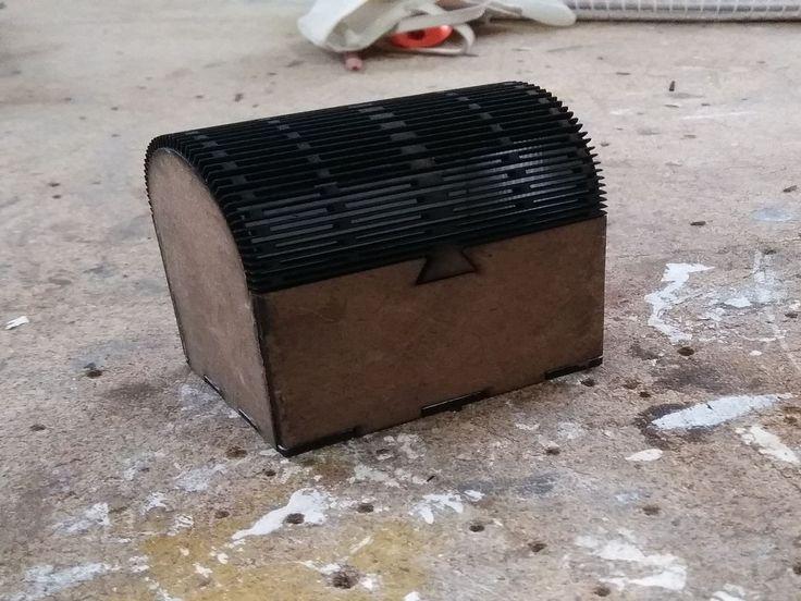 Çok amaçlı komple ahşap kutu, 3mm duralit malzemeden üretilmiştir. Kapak ahşaptır. kendinden kilitlidir. Ebat ve fiyatlar için lütfen arayın...