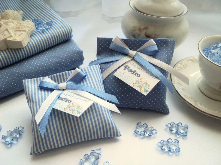 Estes são lindos e singelo saches perfumados para gaveta. São lembrancinhas confeccionadas com tecidos de estampas graciosas e cores delicadas.