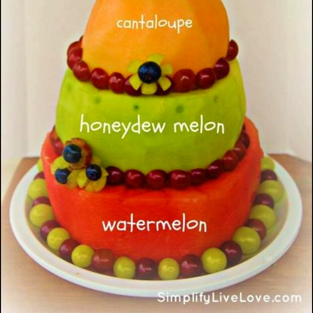 """Make an authentic """"fruit cake"""" for your child's birthday! #healthy #birthday #fruit #melon"""