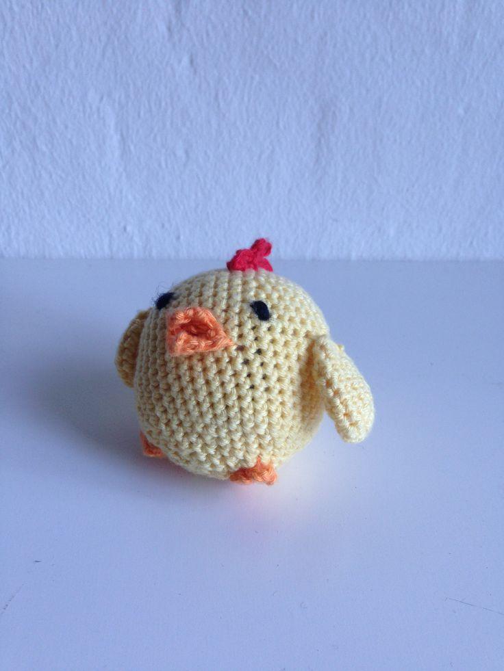 My 8th crochet project. A lille easter chicken. ~~~~~~~ Mit 8. hækle projekt. En lille påske kylling.