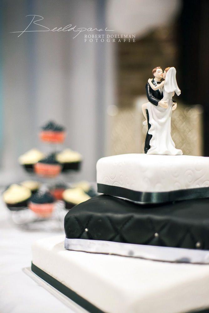 Zwart/Wit bruidstaarten met bijpassende Red Velvet Cupcakes