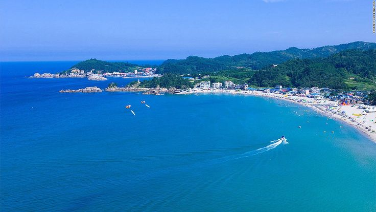 This Samcheok city beach has a fragrant pine forest and a stream running alongside it, making for a shaded happy holiday with the choice of playing in seawater or freshwater.