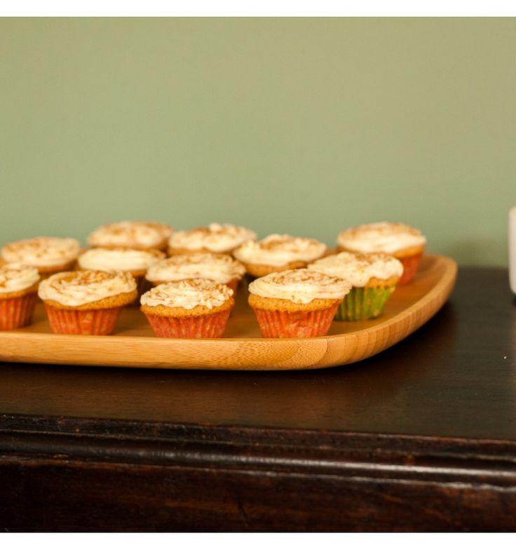 Bamboe bord groot voor serveren van bijvoorbeeld cakejes, toastjes, ed ( https://houtspul.nl/borden-en-schalen/86-bamboe-bord-groot.html )