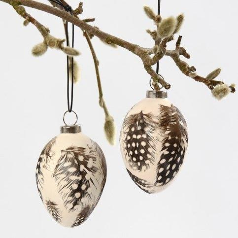 Terracotta eieren met veren