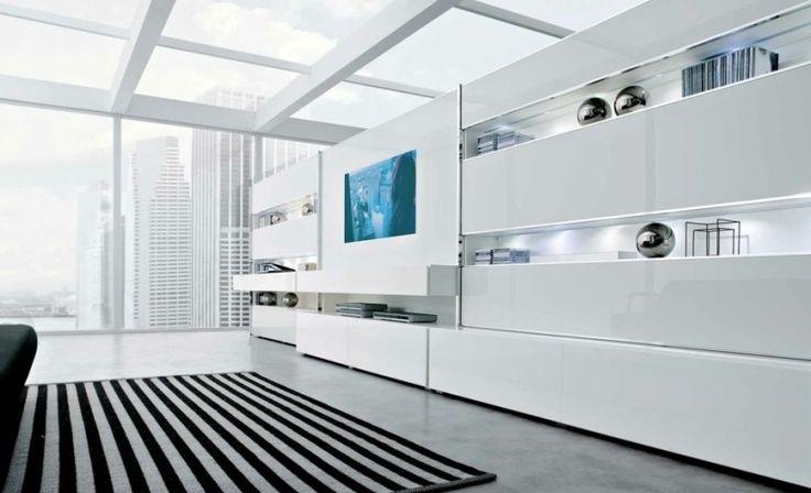 salon blanc avec grand meuble télé et tapis rayé noir et blanc